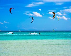 kitesurfing-three-kites